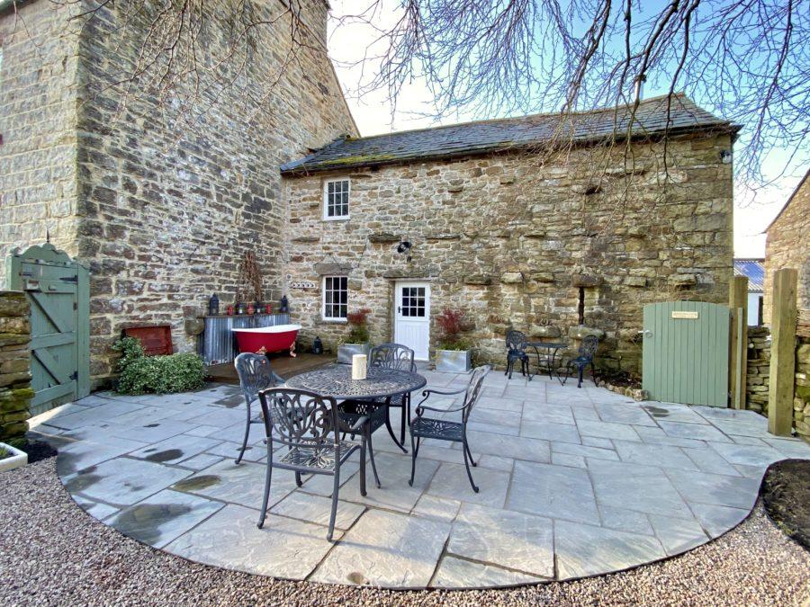 Super walled garden to enjoy the daytime sun