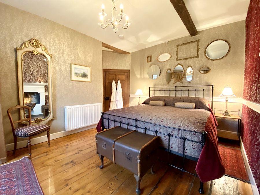 Bedroom 1 - superkingsize bed